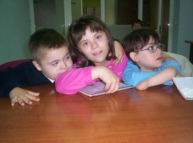 Tres niños Síndrome de Down.