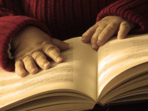 Unas manos sujetando un libro para leer