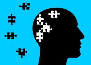 Una cabeza con piezas de puzzle alegórica de salud mental