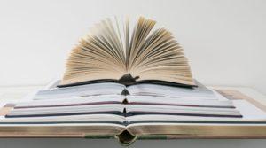 Varios libros superpuestos y con las páginas abiertas