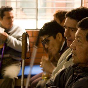 La hora del refrigerio en un centro de rehabilitación para personas con discapacidad visual es el momento para compartir anécdotas y repasar lo aprendido. (Foto presentada a la edición 8 del  Concurso de Fotografía Digital del INICO - Fundación Grupo Norte)