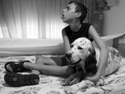 Chufa lleva un par de años en la vida de Joan, y viceversa, ambos se buscan continuamente, es increíble ver cómo actúa el animal cuando se acerca a Joan. (Foto presentada a la edición 8 del  Concurso de Fotografía Digital del INICO - Fundación Grupo Norte)