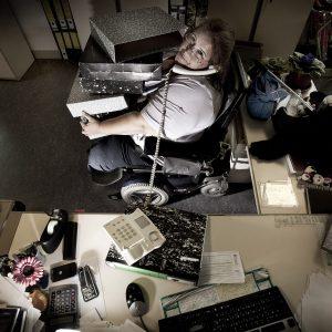 Antonia es una de las mejores administrativas que conozco. Trabaja conmigo desde hace ya más de 10 años y su discapacidad no merma sus innumerables aptudes laborales. ( esta imagen es una recreación cómica del trabajo diario) (Foto presentada a la edición 8 del  Concurso de Fotografía Digital del INICO - Fundación Grupo Norte)