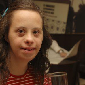 Mi hermana Paloma, síndrome de Down, se siente muy guapa y satisfecha con su nuevo look: ella también va a la peluquería! (Foto presentada a la edición 9 del  Concurso de Fotografía Digital del INICO - Fundación Grupo Norte)
