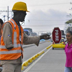 Foto realizada el 17 de nov de 2011 a un trabajador que controla el tránsito en unas obras viales. Él ha sido capacitado para este trabajo y lo desempeña sin ninguna limitación. (Foto presentada a la edición 10 del  Concurso de Fotografía Digital del INICO - Fundación Grupo Norte)