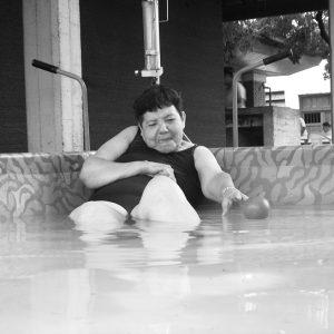 foto en blanco y negro, de una mujer que no se deja vencer, por sus propios temores y se enfrenta a ellos. (Foto presentada a la edición 5 del  Concurso de Fotografía Digital del INICO - Fundación Grupo Norte)