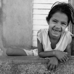 Aniela es una niña singular dentro de su poblado, con su sonrisa pese a las adversidades sigue siendo el alma de grupo. (Foto presentada a la edición 11 del  Concurso de Fotografía Digital del INICO - Fundación Grupo Norte)