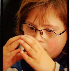 Niño discapacitado en un taller  de música. (Foto presentada a la edición 5 del  Concurso de Fotografía Digital del INICO - Fundación Grupo Norte)
