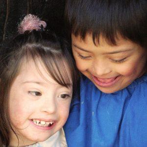 Milagros y Jaco sonrien despues de hacer una travesura (Foto presentada a la edición 5 del  Concurso de Fotografía Digital del INICO - Fundación Grupo Norte)