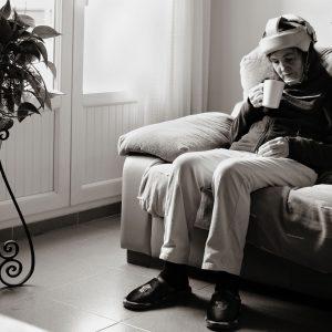 Luisa vive en una residencia. Cada tarde, después de las actividades cotidianas, se sienta con su taza en su sitio de siempre. (Foto presentada a la edición 13 del  Concurso de Fotografía Digital del INICO - Fundación Grupo Norte)