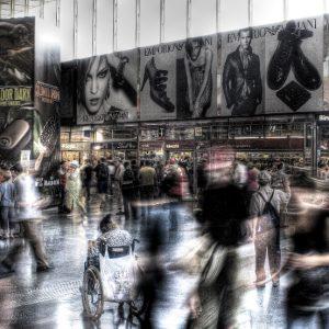 SEÑORA EN SILLA DE RUEDAS ENTRE TODA LA GENTE ANDANDO (Foto presentada a la edición 5 del  Concurso de Fotografía Digital del INICO - Fundación Grupo Norte)
