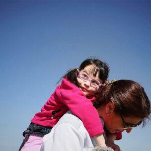 Aina descansando sobre la espalda de su madre Maria. (Foto presentada a la edición 14 del  Concurso de Fotografía Digital del INICO - Fundación Grupo Norte)