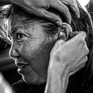 Una mujer con discapacidad auditiva, escucha por primera vez al mundo. (Foto presentada a la edición 14 del  Concurso de Fotografía Digital del INICO - Fundación Grupo Norte)