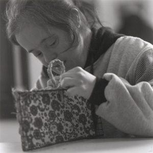 CENTRO ESPECIAL EMPLEO. Realizaban tareas de hacer cestas con esparto para agilizar elmovimiento de los dedos (Foto presentada a la edición 6 del  Concurso de Fotografía Digital del INICO - Fundación Grupo Norte)