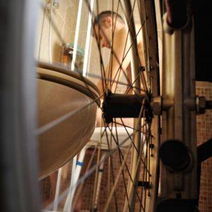 Para una persona en silla de ruedas, sus pies serán las ruedas de ésta (Foto presentada a la edición 15 del  Concurso de Fotografía Digital del INICO - Fundación Grupo Norte)