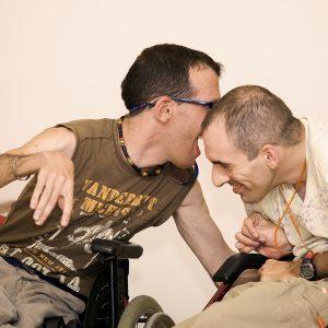 Muestra de amistad y cariño, de dos amigos con parálisis cerebral. (Foto presentada a la edición 7 del  Concurso de Fotografía Digital del INICO - Fundación Grupo Norte)