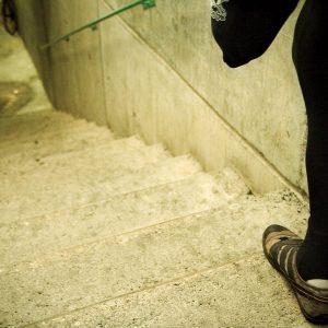 Juanjo Méndez tiene que enfrentarse todos los días a diversas barreras arquitectónicas, la escalera que sale en la imagen pertenecen al velódromo donde entrena, así que tanto al ir entrenar como al volver tiene que enfrentarlas. (Foto presentada a la edición 7 del  Concurso de Fotografía Digital del INICO - Fundación Grupo Norte)