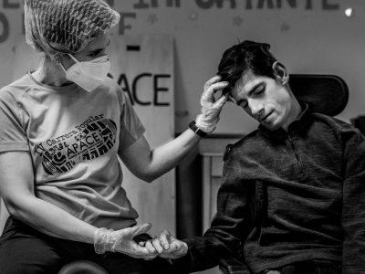 Contacto, de Chomi Delgado. Una cuidadora con mascarilla toca a un usuario del centro Apace Burgos.
