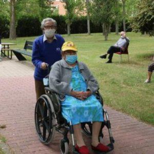 Residentes de Cardenal Marcelo disfrutan del jardín. Foto HENAR SASTRE