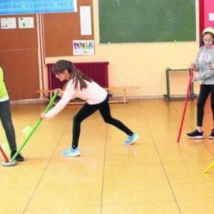 Niños haciendo deporte en un aula