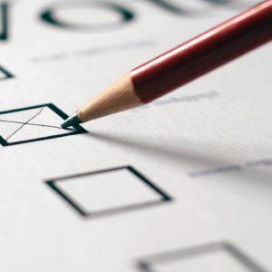 Un lapicero señala una de varias opciones disponibles en un papel.