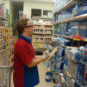 Persona con síndrome de Down trabajando en un supermercado
