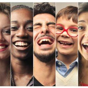 foto de varias personas riendo