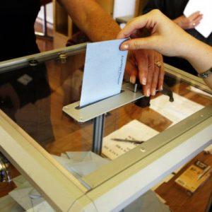 Persona votando en una urna